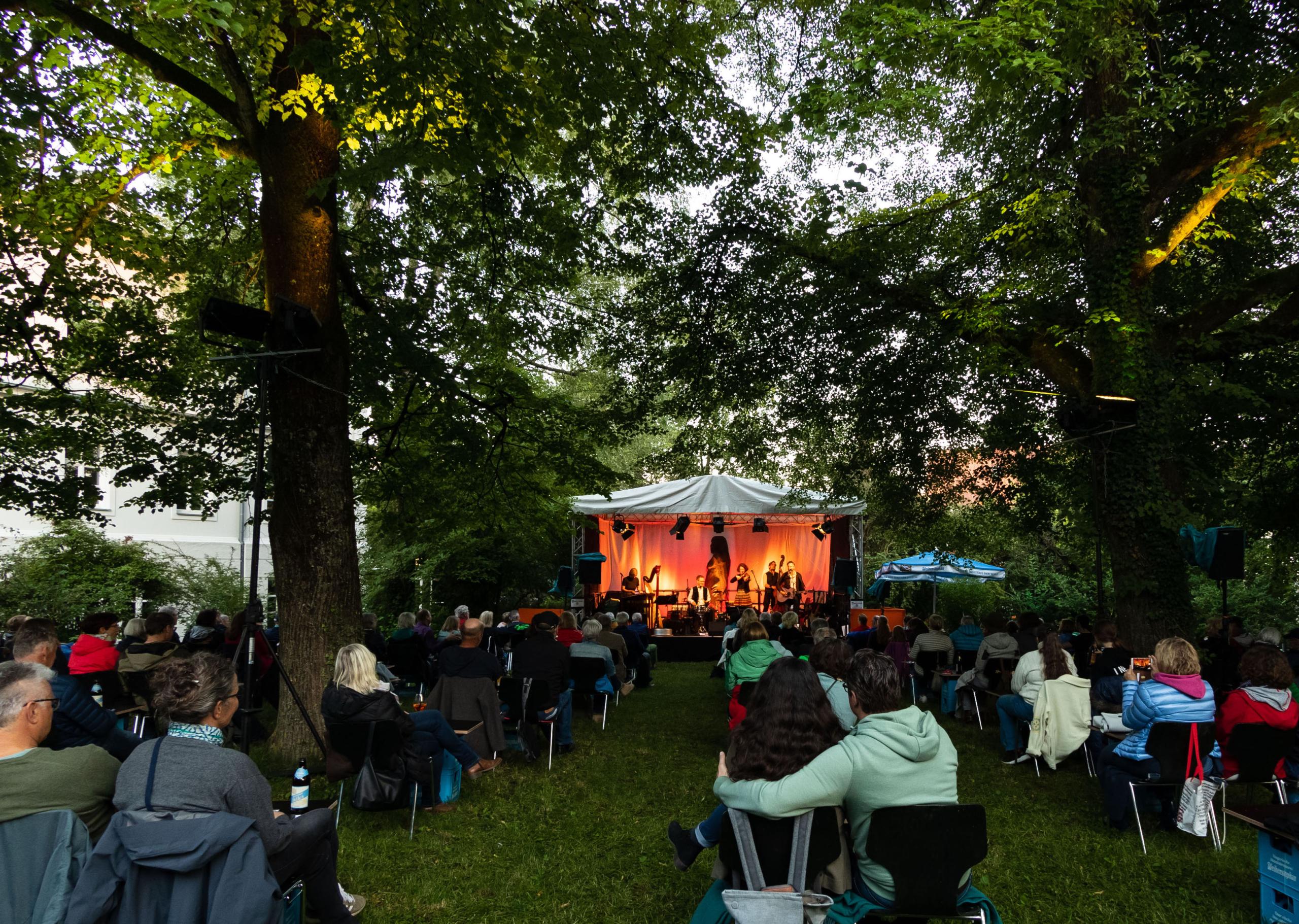 Sommer, Sonne & Konzerte – das Freisinger Sommer Wunder findet wieder statt! Wir haben ein buntes Programm zusammengestellt mit Rock'n'Roll und Volksmusik, Pop, Folk, und Klassik, Kulinarischem und Kinderprogramm.